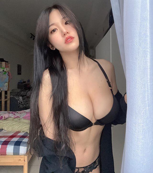 [福利吧]马来西亚网红美女糖糖大胆作风黑色吊带袜,大长腿蜜桃臀2