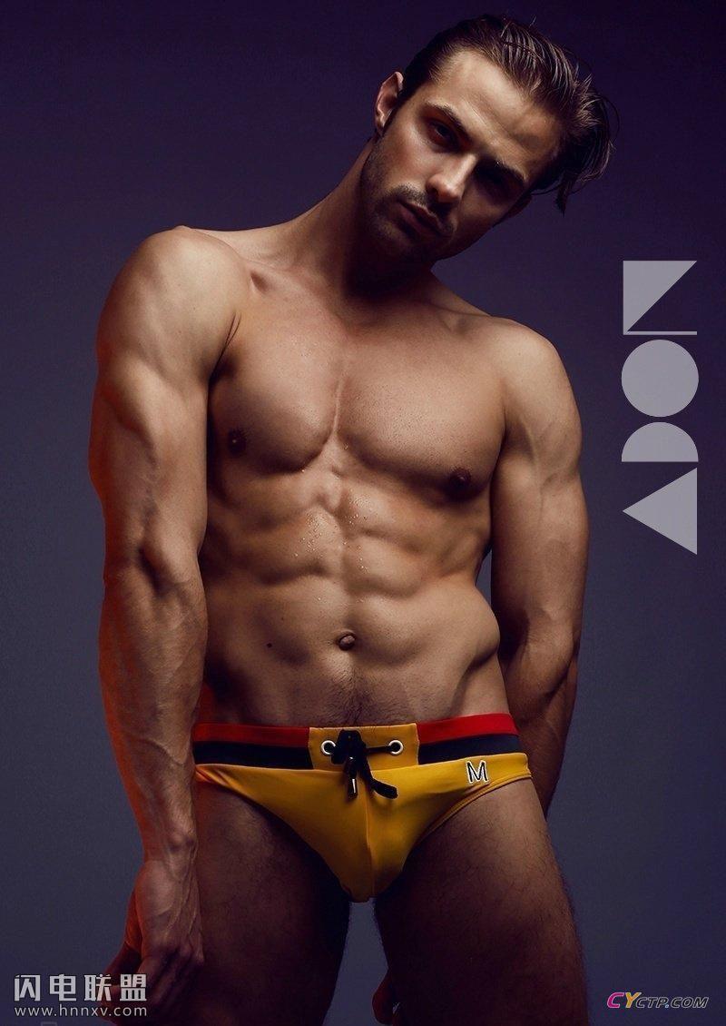 腹肌分明的欧美性感男模同志杂志封面大秀肌肉