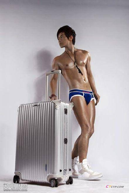 性感男模古铜色肌肤健壮身材内裤广告写真