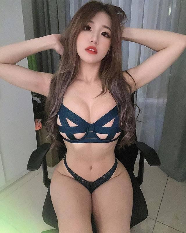 [福利吧]马来西亚网红美女糖糖大胆作风黑色吊带袜,大长腿蜜桃臀26
