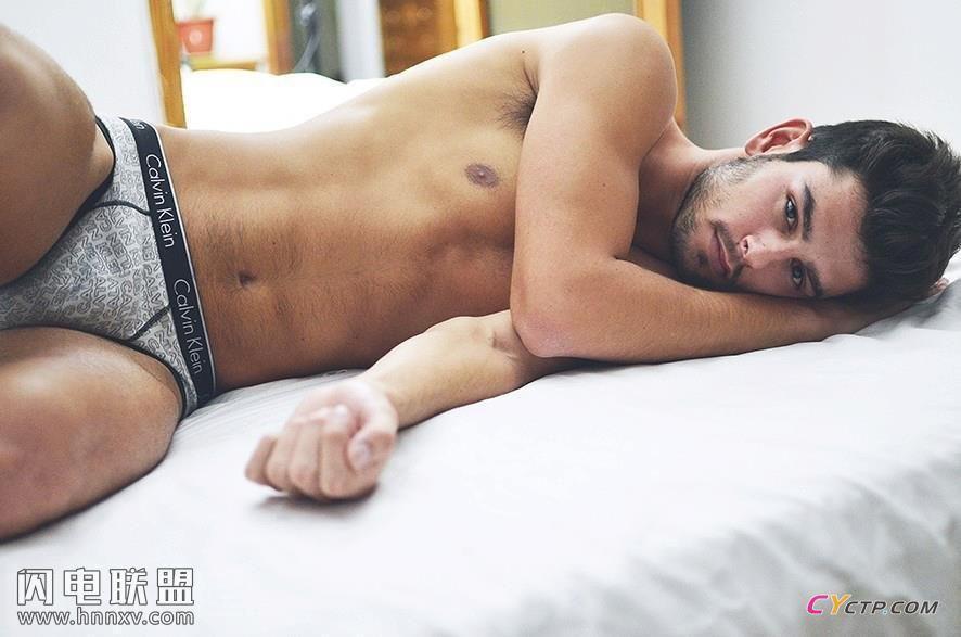 欧美小鲜肉帅哥同志三角内裤床上性感写真图片