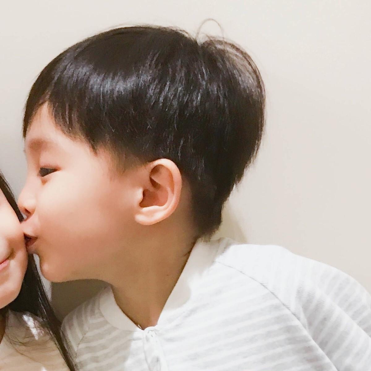 小孩亲吻高清情侣头像 第10张