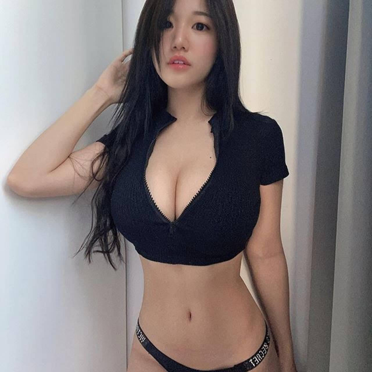 [福利吧]马来西亚网红美女糖糖大胆作风黑色吊带袜,大长腿蜜桃臀29