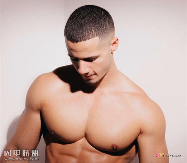 欧美肌肉男秀硕大胸肌照片第3张