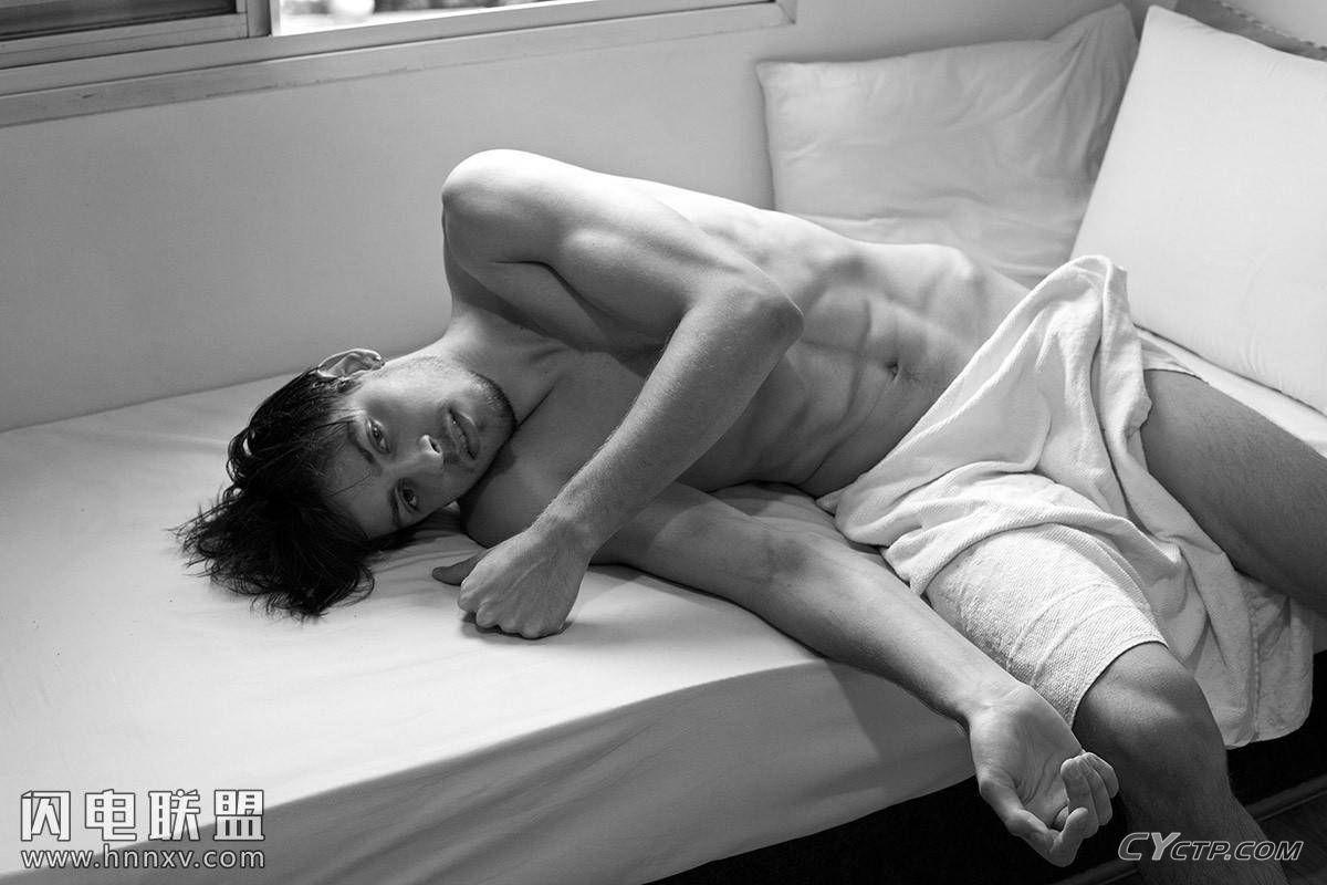 欧美小鲜肉帅哥八块腹肌性感文艺黑白写真图片