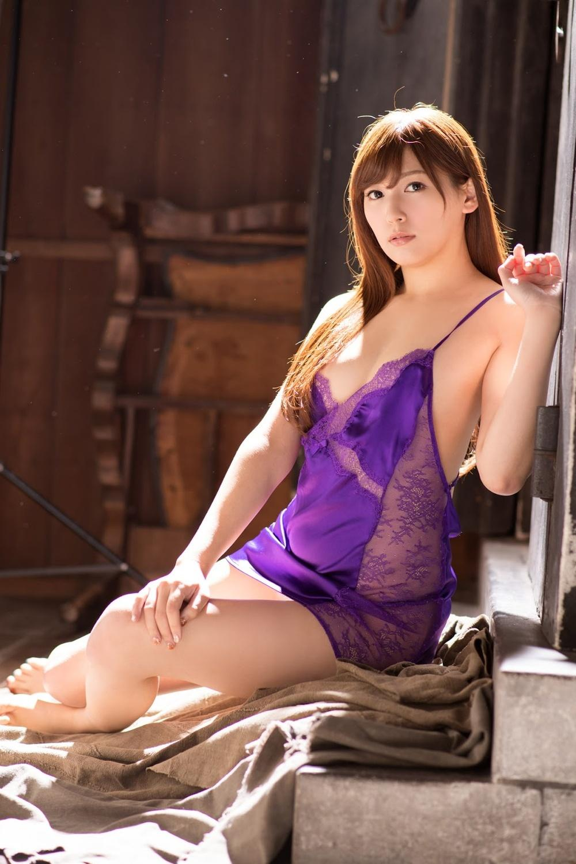 [ABP-805]拥有大小姐一样的外表,苗条的身材的爱音麻里亚紫色吊带内衣真的太性感不过了