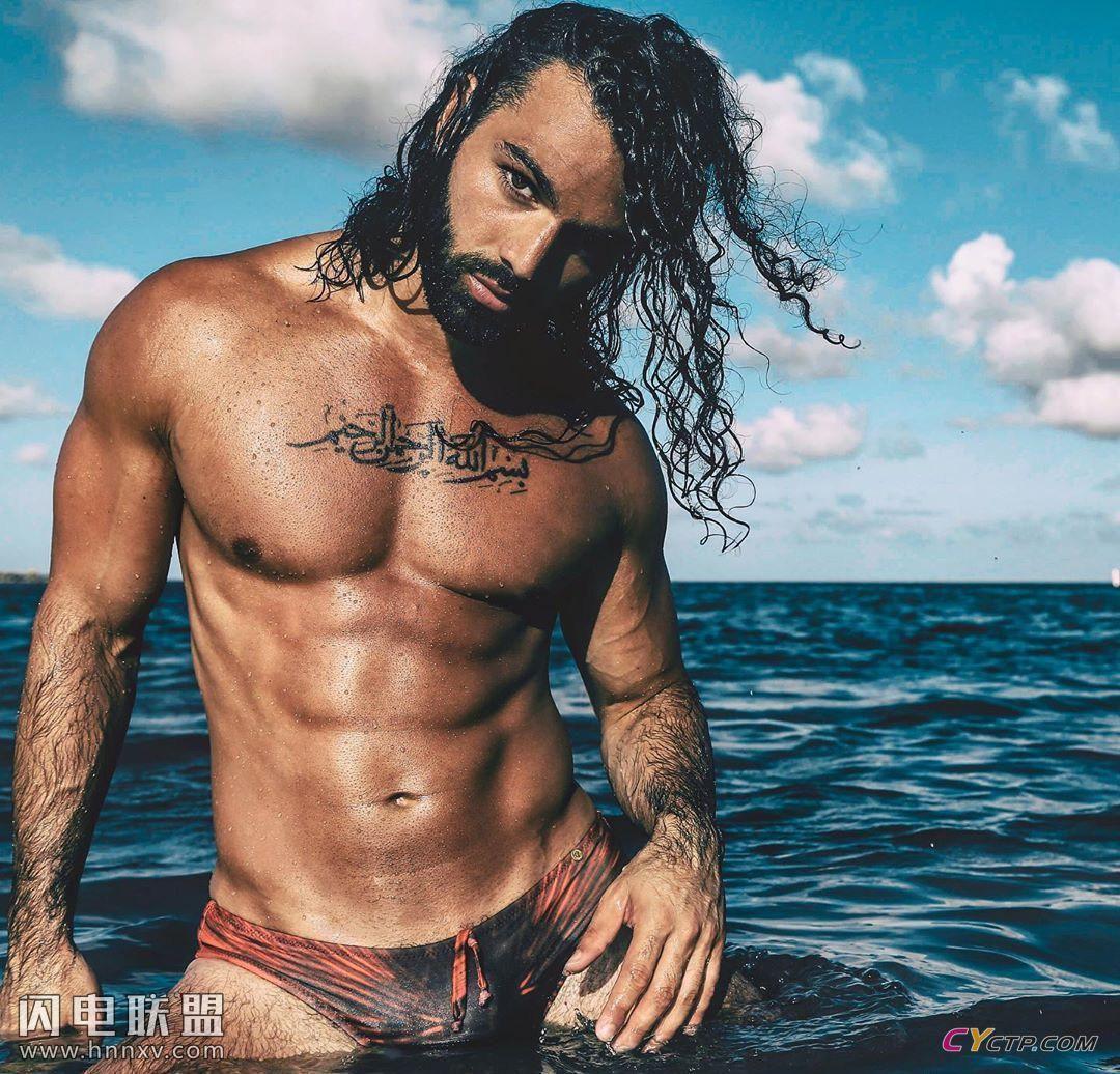 古铜色皮肤完美腹肌的长发欧美男模同志性感海边写真