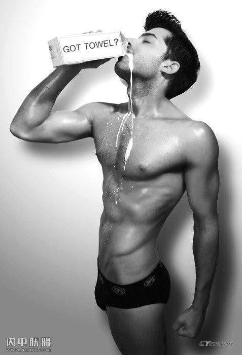 性感欧美帅哥同志喝牛奶滴到胸肌诱人写真