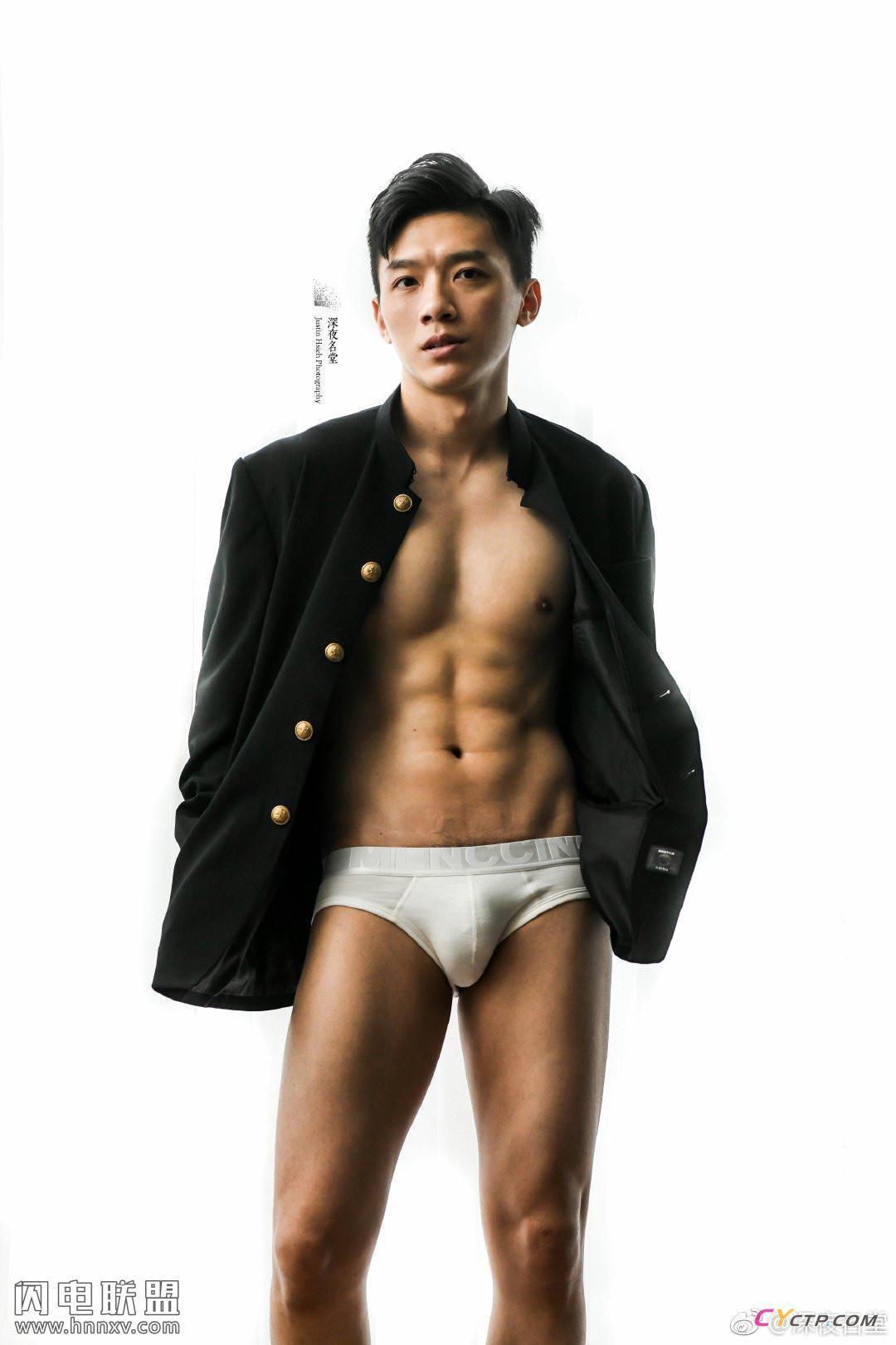 性感肌肉帅哥同志白色三角内裤腹肌写真图片第1张