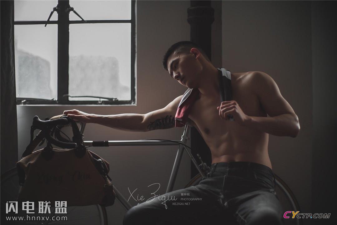 18岁肌肉男神帅哥男体摄影图片
