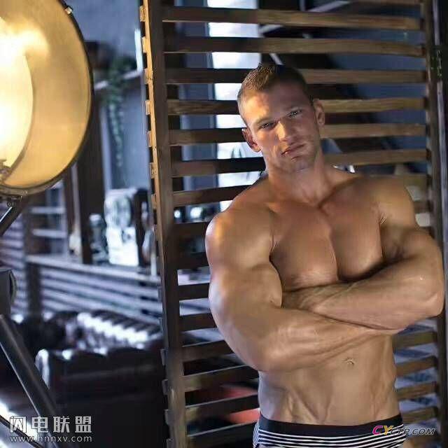 展现完美身材的性感欧美肌肉型男帅哥写真图片