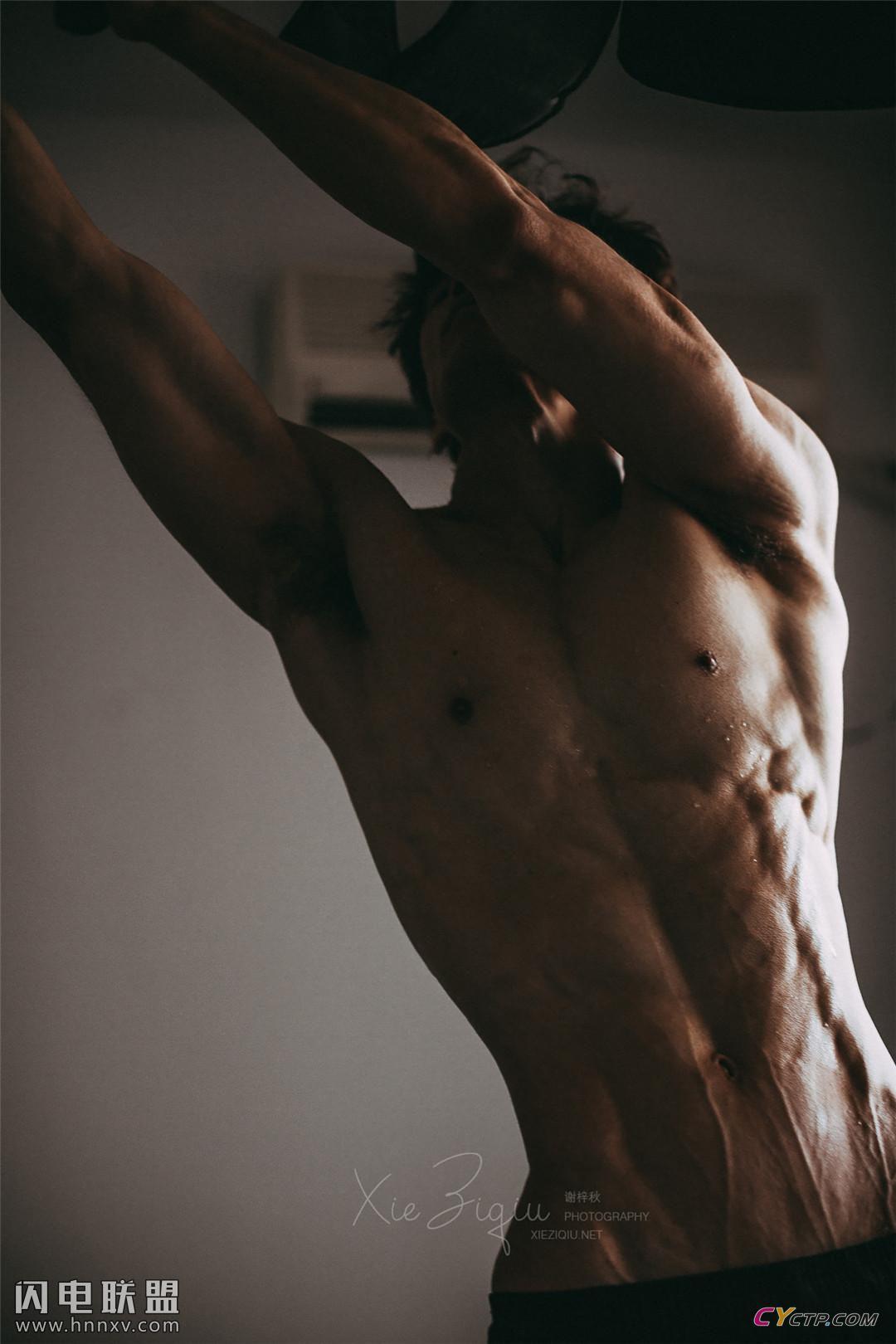 精壮型中国猛男男体艺术写真图片