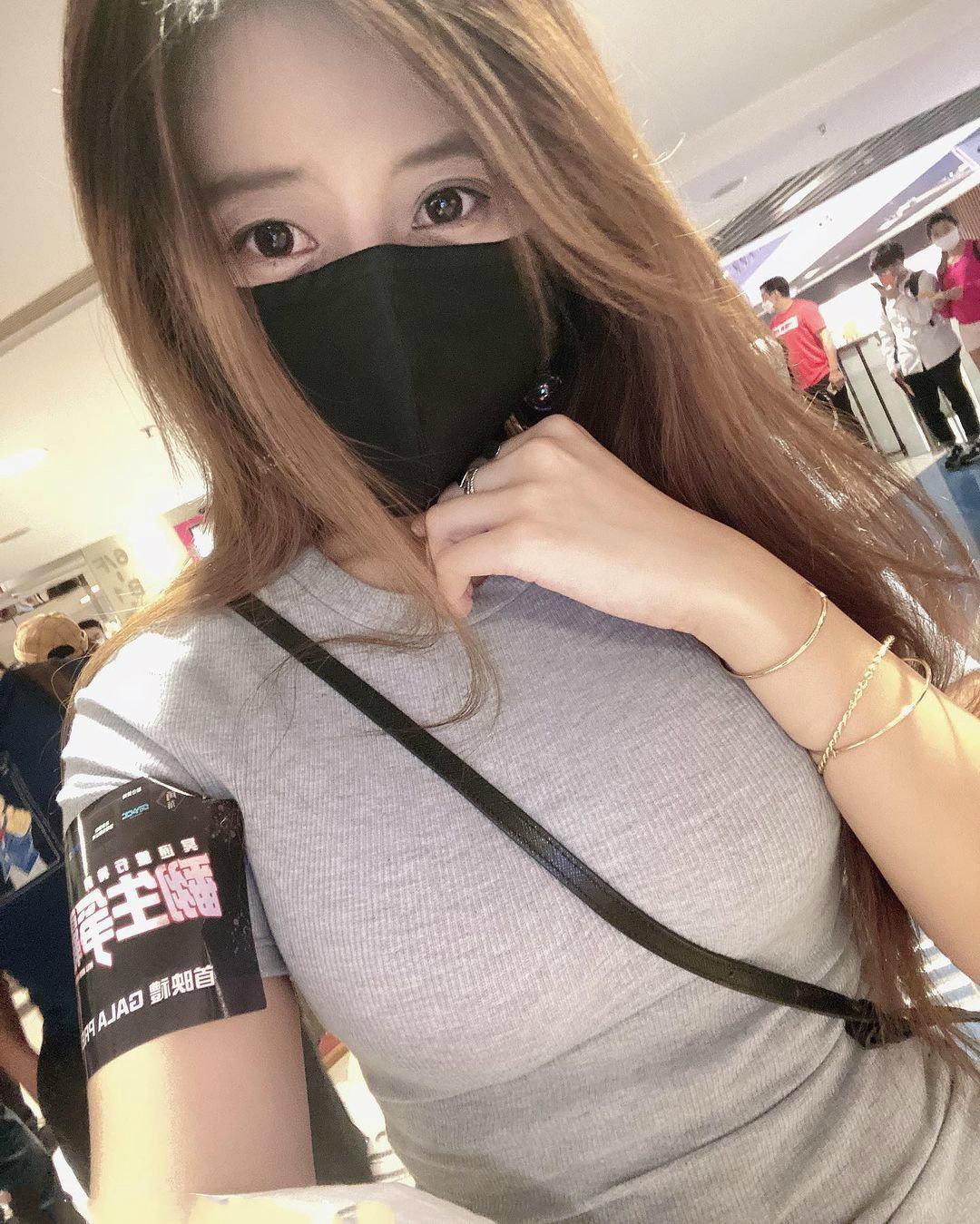 超市偶遇超凶口罩妹子,香港小猪姐姐傲人美乳身材火辣!