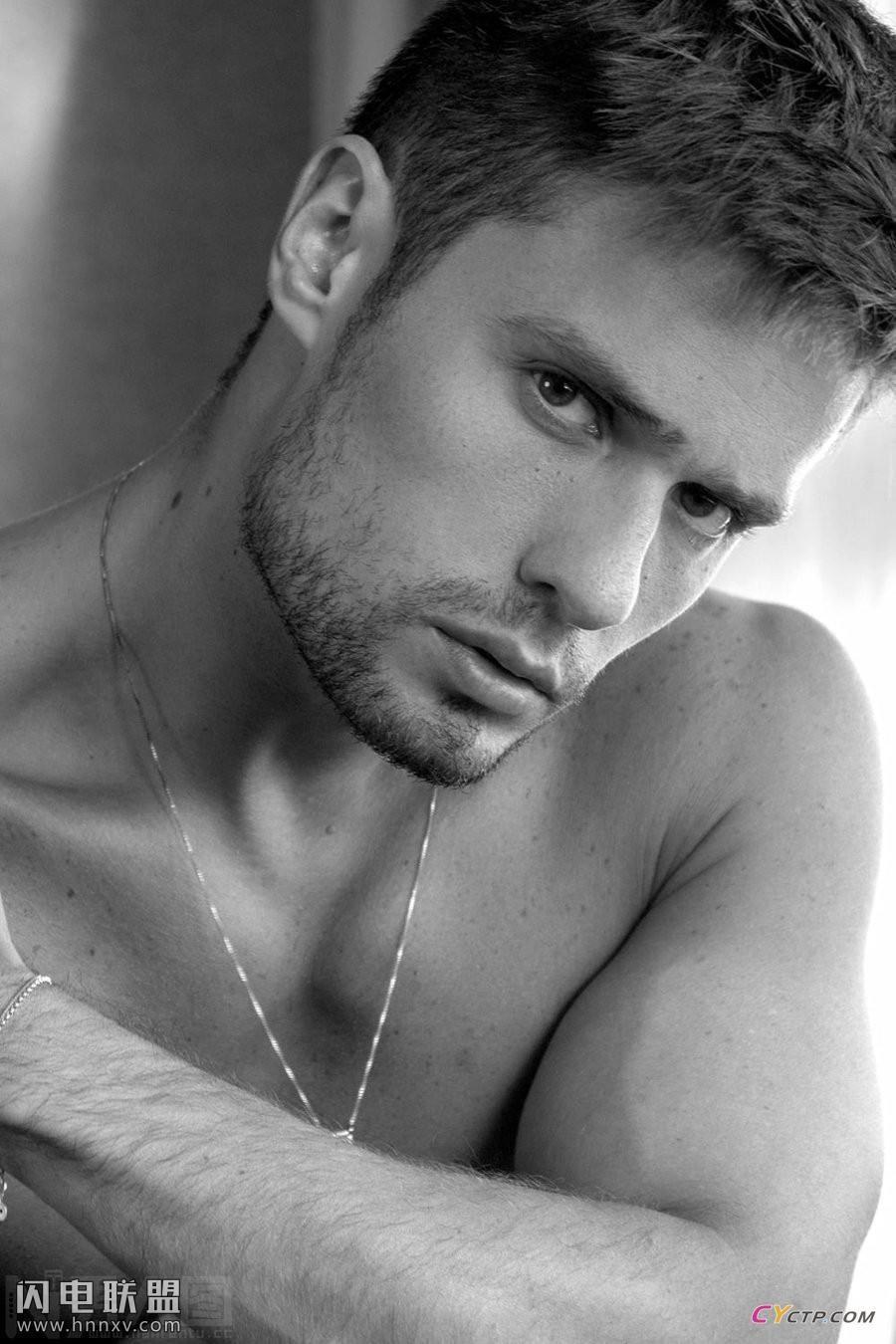 成熟魅力的欧美型男平头帅哥性感内裤写真图片