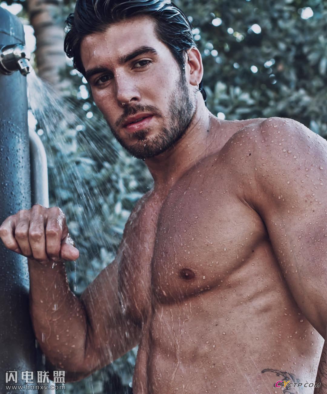 欧美肌肉帅哥户外洗澡身材性感图片