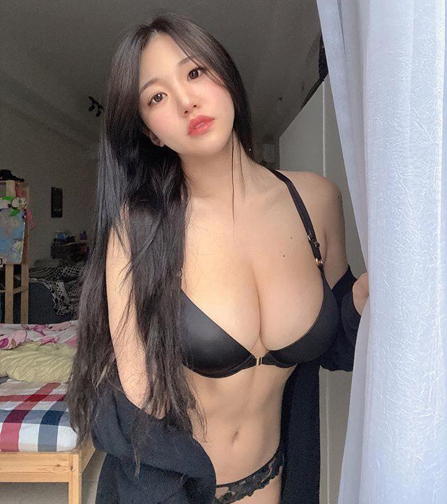 [福利吧]马来西亚网红美女糖糖大胆作风黑色吊带袜,大长腿蜜桃臀1