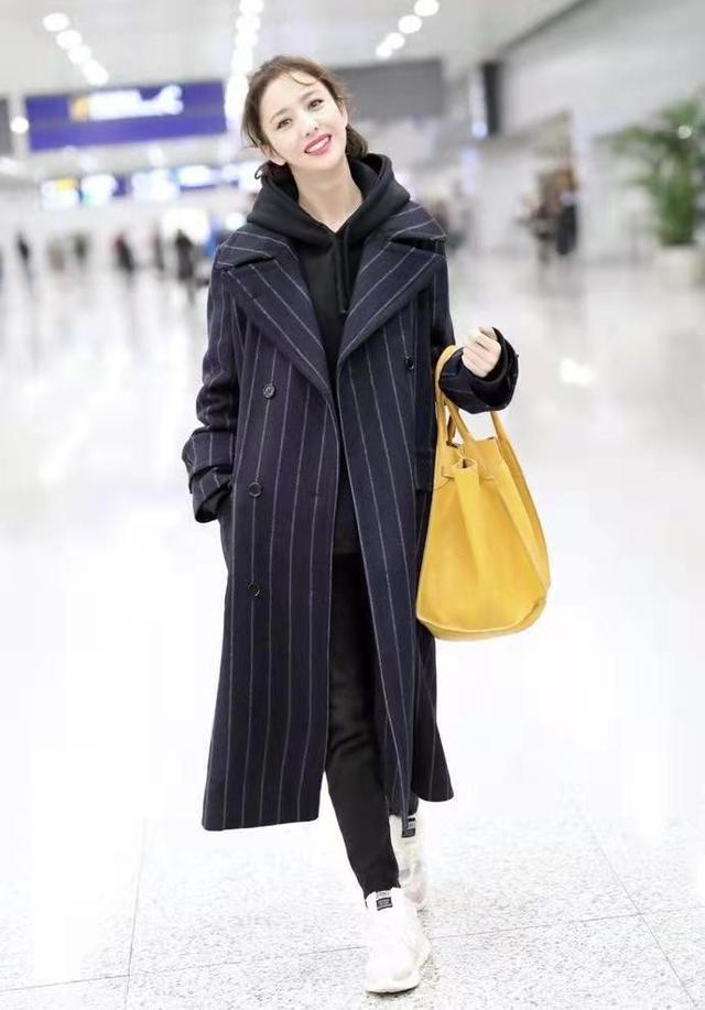 """佟丽娅短发好美,烫""""大妈卷""""也不显老气,穿深色大衣仍有少女感9293 作者:admin 帖子ID:23447"""