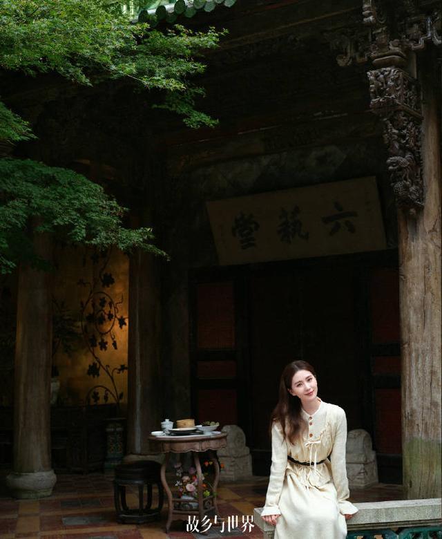 刘诗诗秋日大片释出 身穿复古风格裙装气质温婉