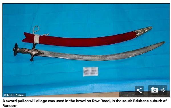 澳大利亚一华人区竟有40人持械互砍!用的还是这种武器!疑为宗教团体斗争