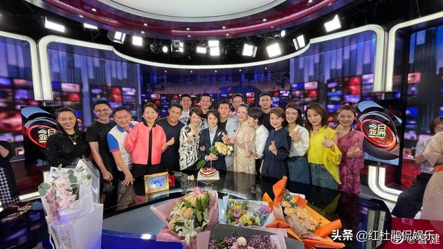 17位央4新闻主播参增徐俐欢送会,素颜休闲装的样子照样很秀气
