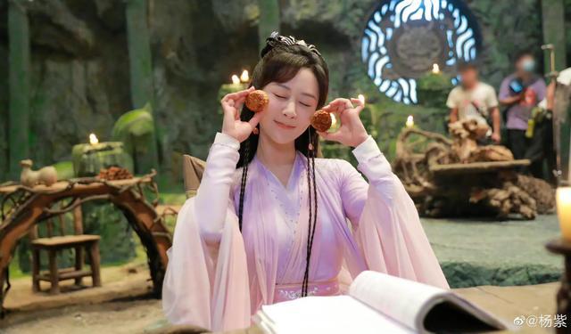 杨紫中秋节晒月饼照,在线等网友猜月饼馅 第1张