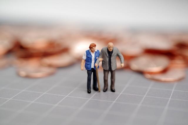老两口退休后,每个月有多少养老金,才能够生活得比较安稳?