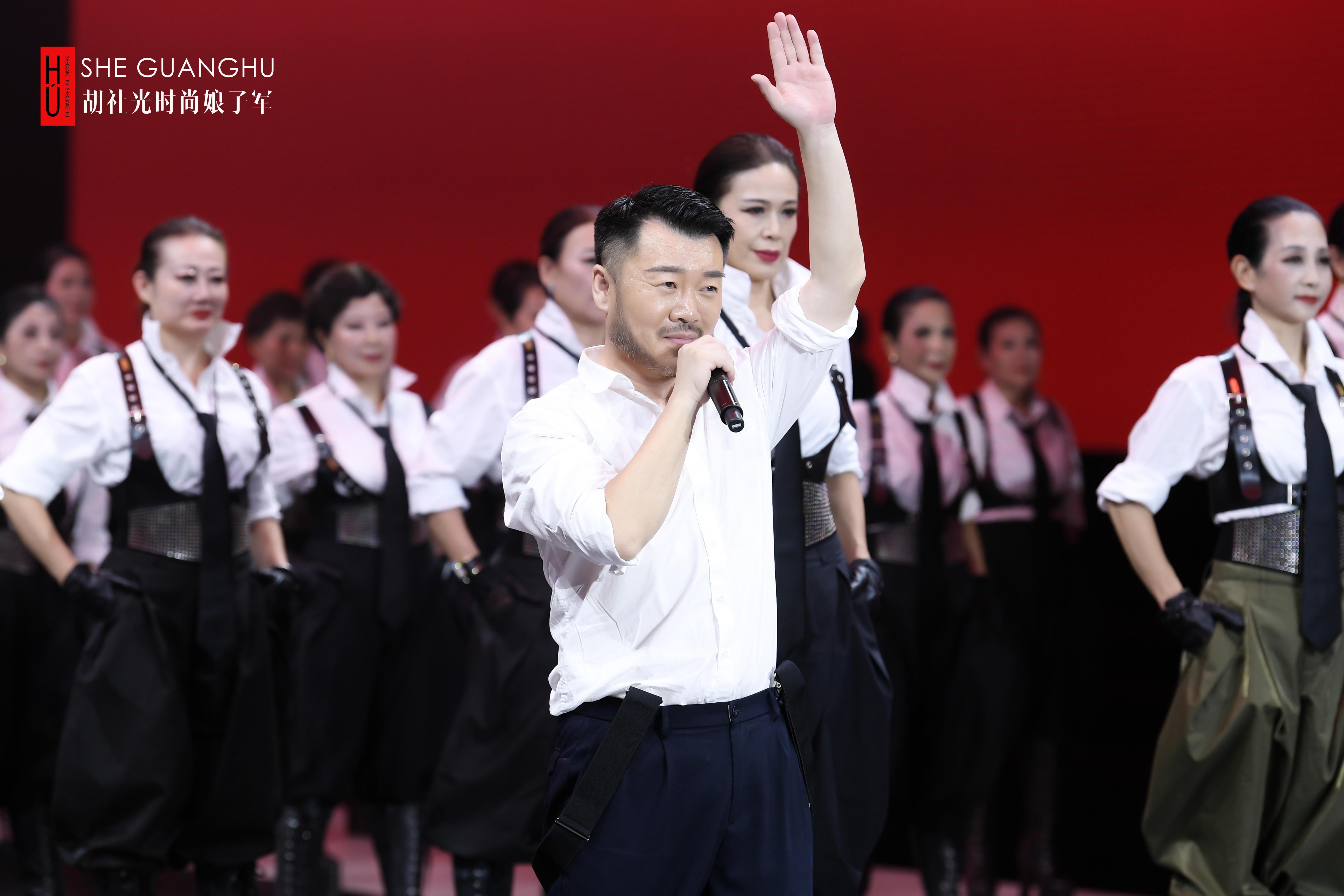 """作""""21世纪的赫本""""胡社光时尚娘子军展示中国当代女性魅力"""