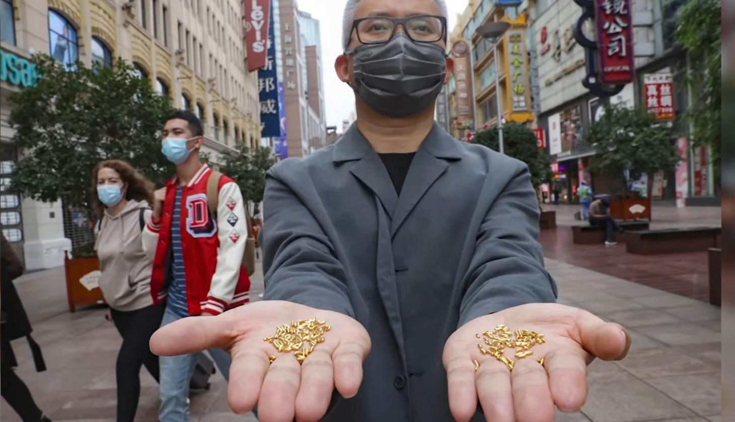 艺术家用500克黄金制千粒米扔江中 以浪费制止浪费是作秀还是艺术?
