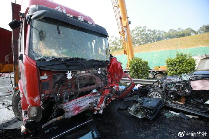 兰海高速钦州段发生事故致5死11伤