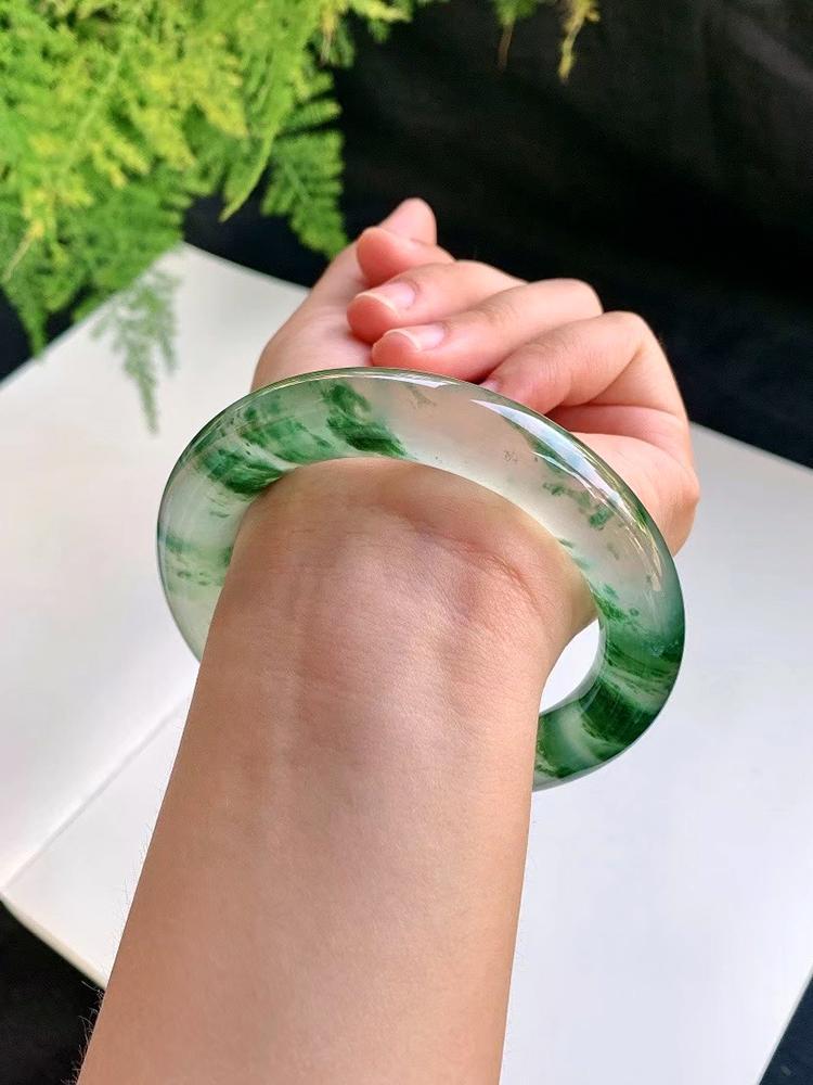 极品翡翠手镯图片 什么款式的翡翠手镯比较耐看