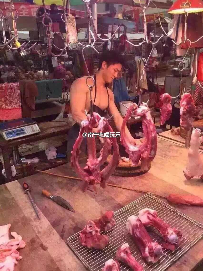 广西南宁菜市场肌肉男卖猪肉 胸肌男卖猪肉