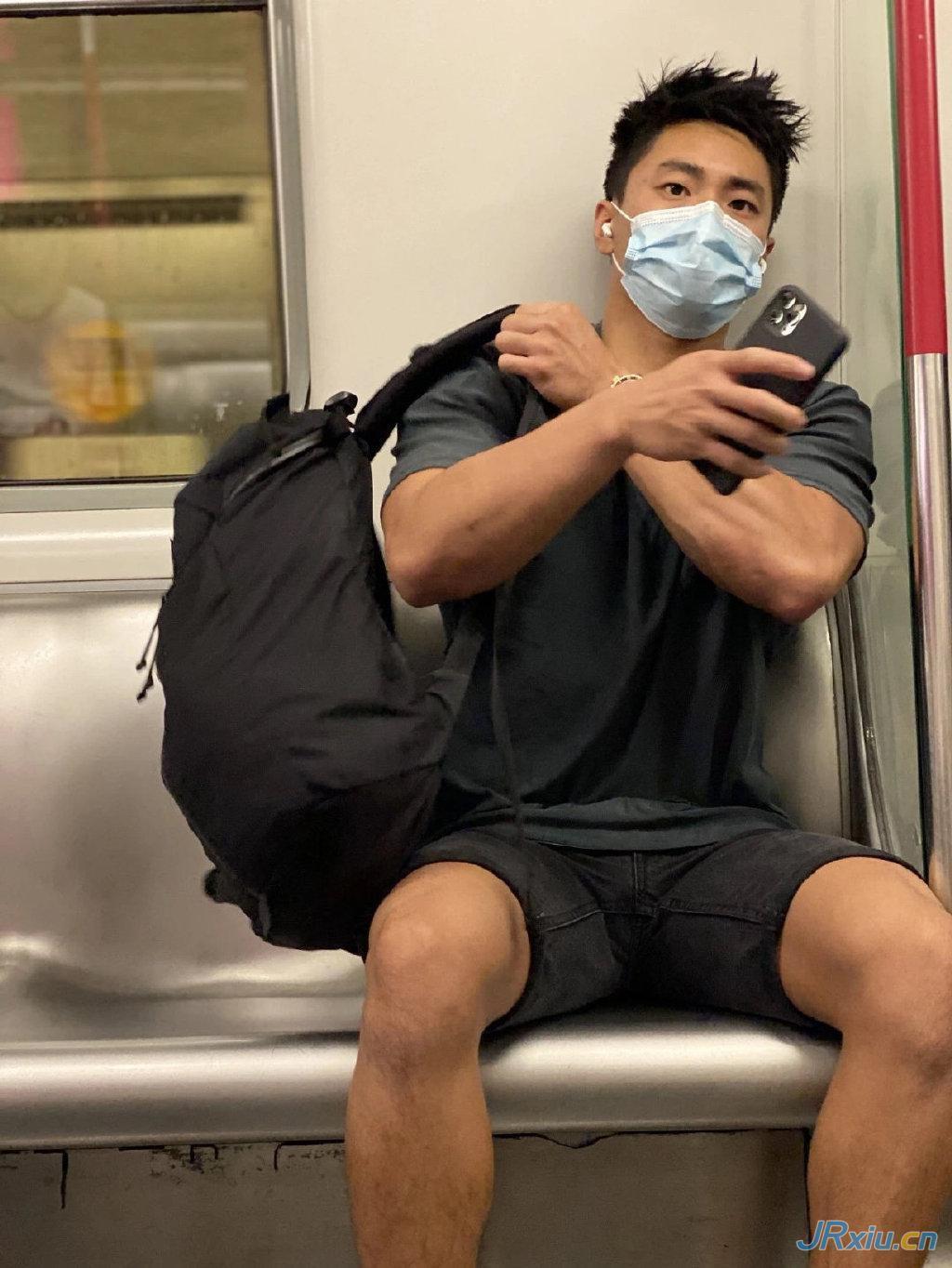 坐地铁被偷拍的香港街头健身肌肉帅哥姜庭峰