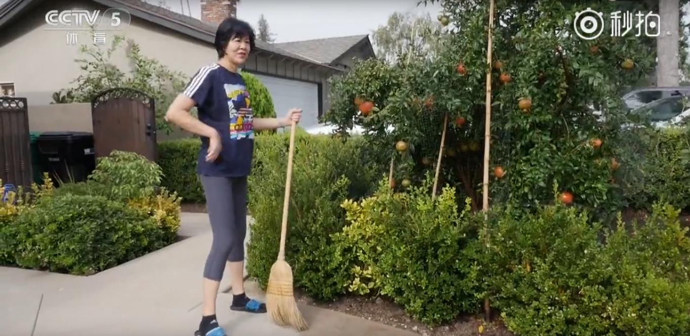 郎平夫妇美国生活安逸!住宽敞豪宅庭院种果树 开百万豪车康复训练