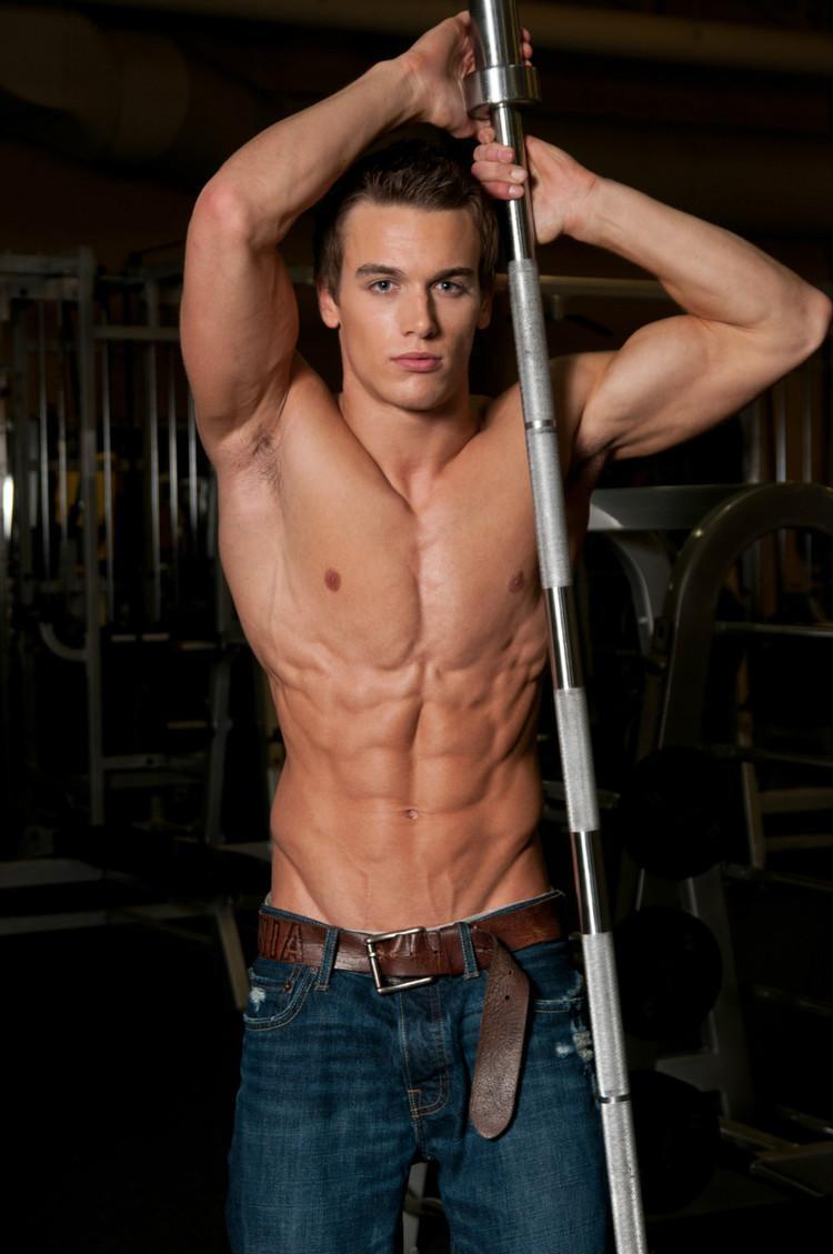 加拿大肌肉帅哥Marc Fitt健身房秀健壮身材