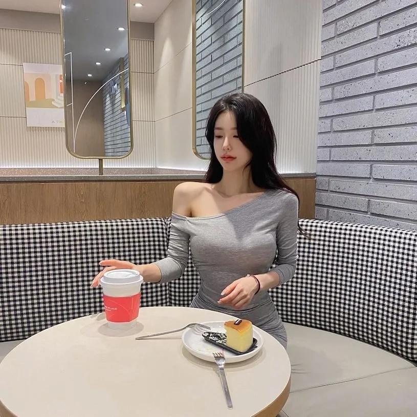 咖啡厅里灰色低装韩国小姐姐:연 뚜