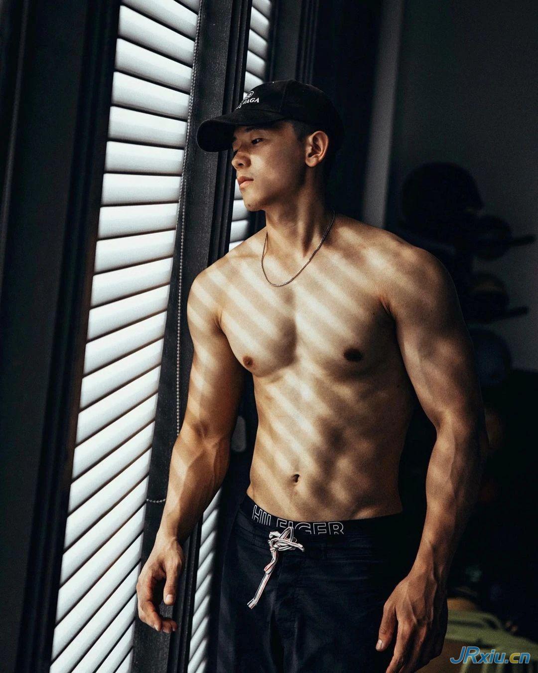 因太帅被抓拍的修车肌肉小哥,这身材更绝了!