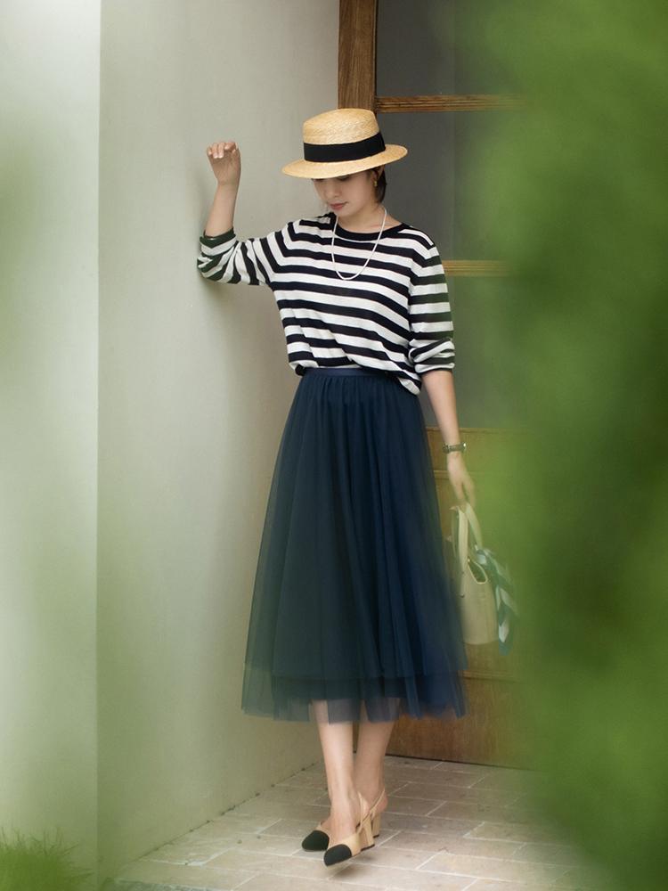 終於把條紋襯衫的「穿搭精髓」穿出來了!搭配薄紗半身裙,真檔次 形象穿搭 第6張