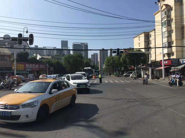 丁字桥南路口电线脱落 洪山交警紧急处置确保道路安全插图(2)