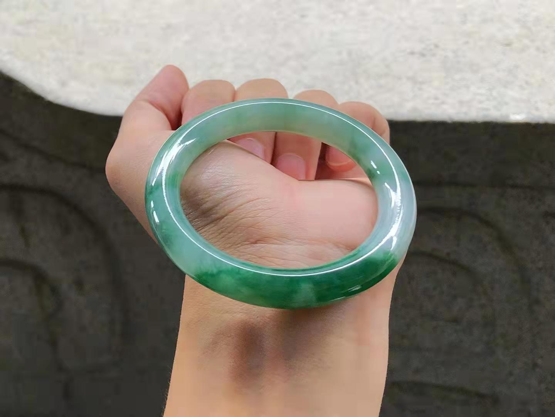 糯化种满绿圆条翡翠手镯,色阳色正,种水好,尺寸:55.7*11.5*11.5mm,极品小六价,56圈口